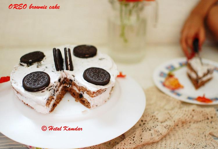 oreo-brownie-cake-with-crushed-oreo-and-cream-frosting