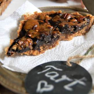 Dates Tart with Caramelized Pecan Nuts