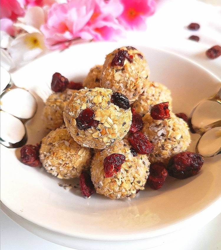 Energy-Bites-With-Oats-Cranberries