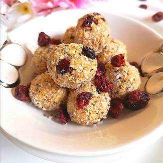 close uo view of no cook, no bake cranberry oats bites recipe