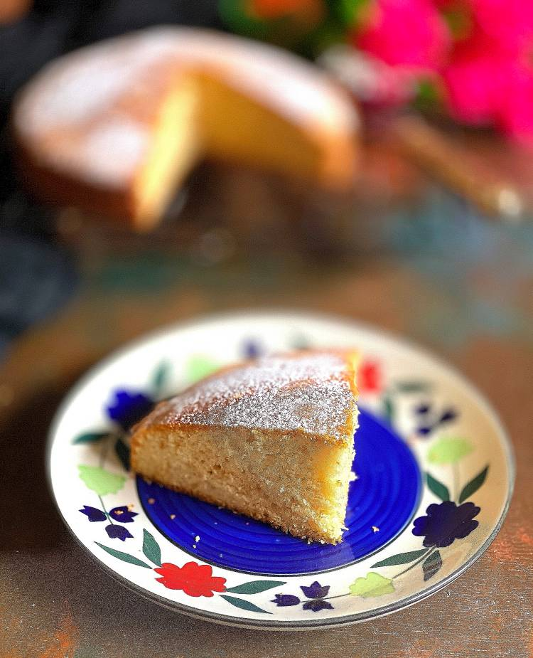 delicious slice of eggless vanilla sponge cake / how to bake eggless vanilla sponge cake