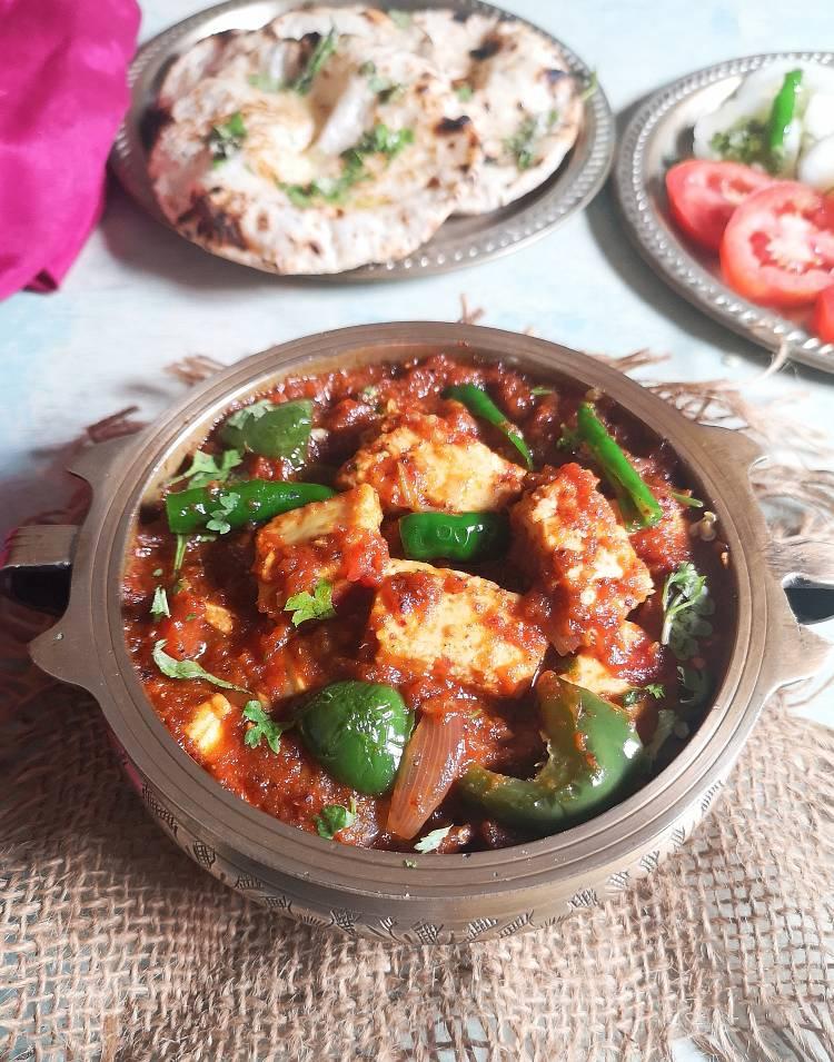 Kadai paneer masala served with butter roti, tomatoes and onion slices | Kadai Paneer Masala | Kadai Paneer Sabzi | Kadai Paneer