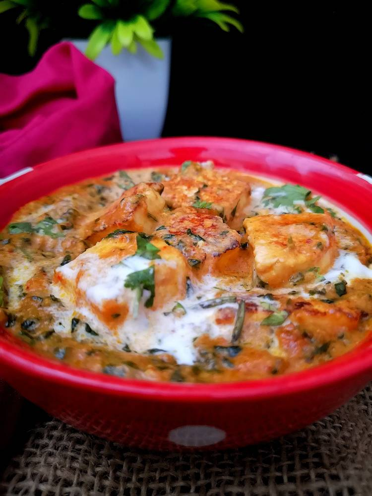 close up photo of Paneer Cubes cooked in methi and onion tomato gravy,Methi Malai Paneer Recipe ready to serve, recipe of paneer methi malai