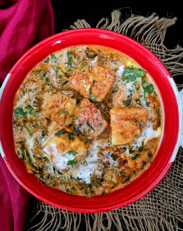 close up view of Restaurant style Methi Malai Paneer, garnished with fresh cream,paneer methi malai recipe
