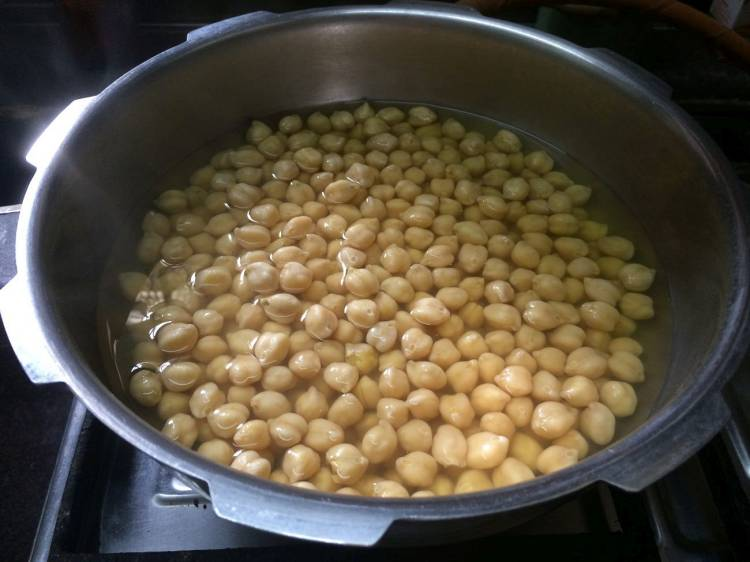 Boiled white chickpeas for Mango Hummus