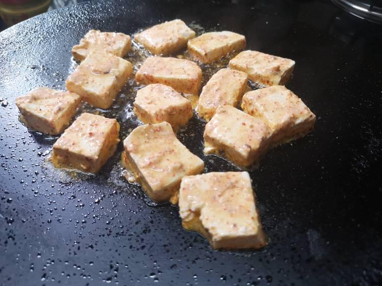 cooking paneer cubes on hot tawa with cooking oil, how to make restaurant style tawa paneer masala at home ,recipe of tawa paneer masala