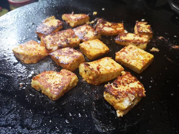 grilled paneer cubes on cast iron tawa, how to make tawa paneer masala