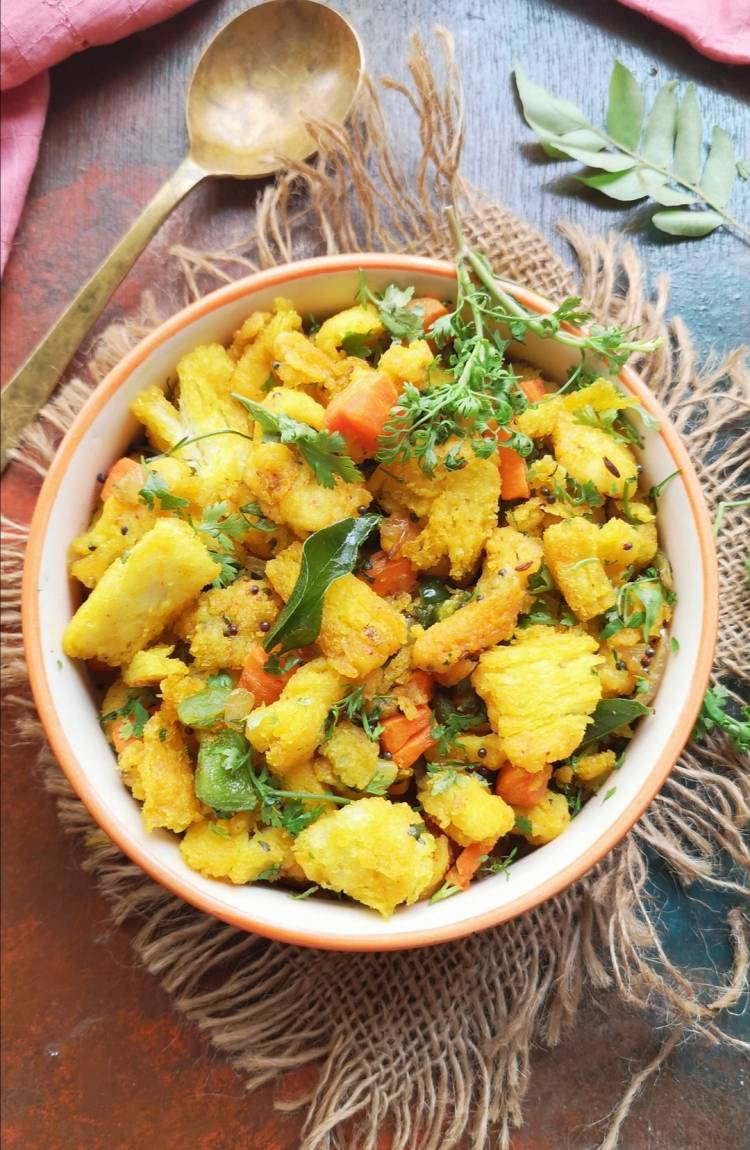 top view of Bread Upma garnished with coriander leaves and curry leaves, South Indian Style Bread Upma