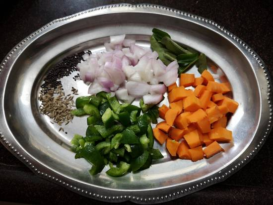 chopped onions, carrots and capsicum for bread upma recipe