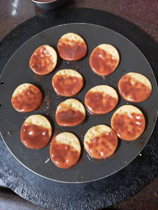 papris dipped in khajur or dates chutney