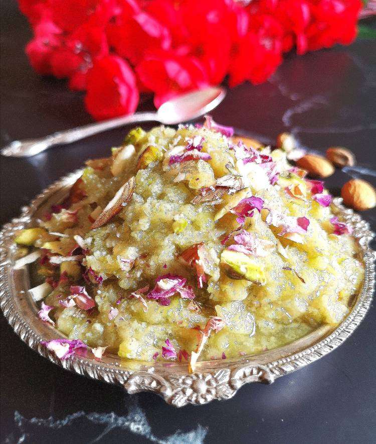 close up view of lauki halwa garnished with dry fruits and rose petals/ recipe of lauki halwa/ how to make doodhi halwa at home