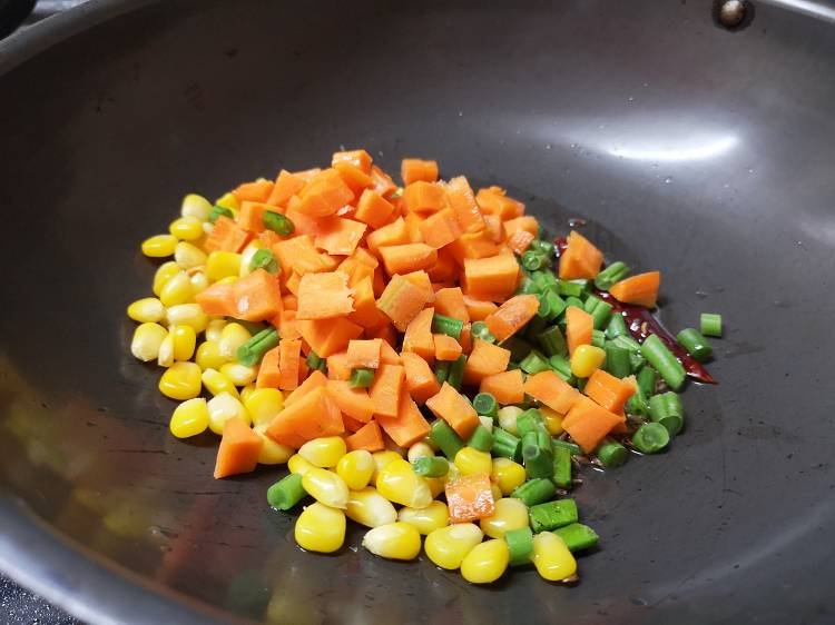 adding cut carrot, corn, and french beans into the Kadai, how to make veg paneer pulao