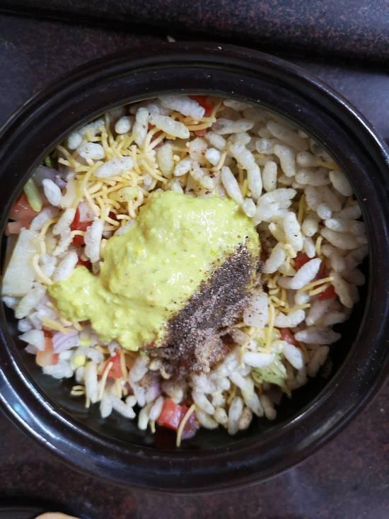 adding chaat masala into the dry bhel, how to make sukha bhel