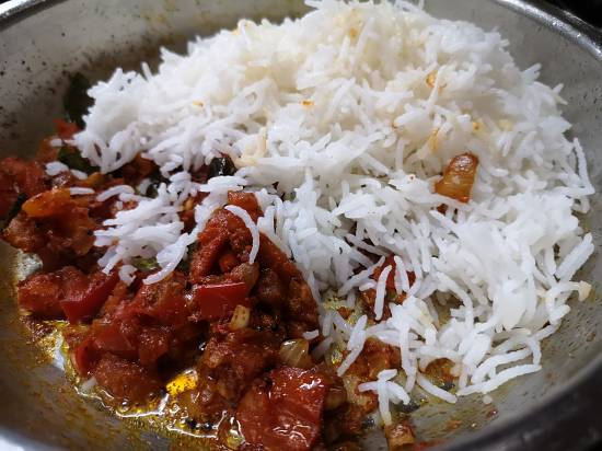 adding rice to tomato bhaat recipe, tomato rice recipe, thakkali sadam recipe