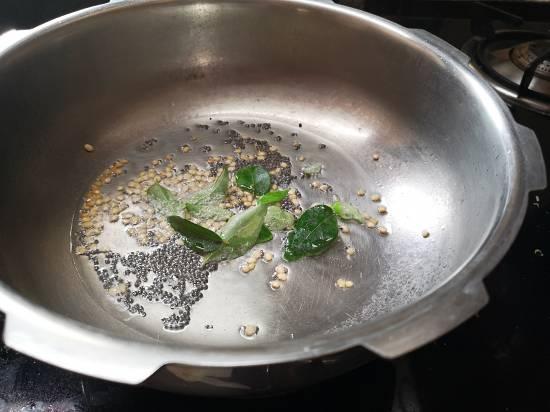 adding curry leaves in Peanut Sundal | verkadalai sundal | nilakadalai sundal