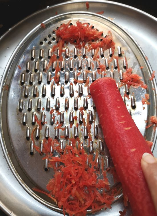how to grate carrots